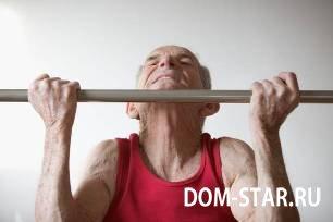 пожилой человек подтягивается