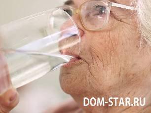 пожилая женщина пьет