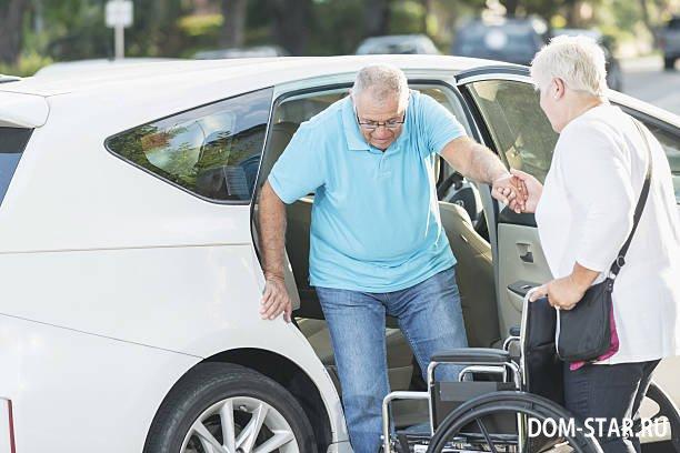 автомобиль и пожилой человек