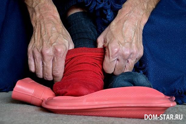 надевает теплые носки