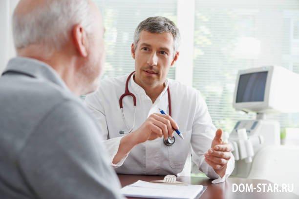 врач разговаривает с пожилым мужчиной