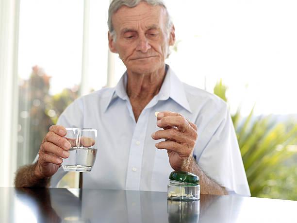 человек пьет лекарство