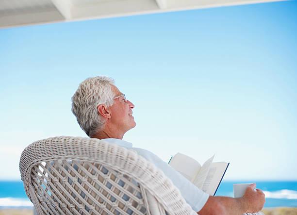 пожилой человек в солнечный день