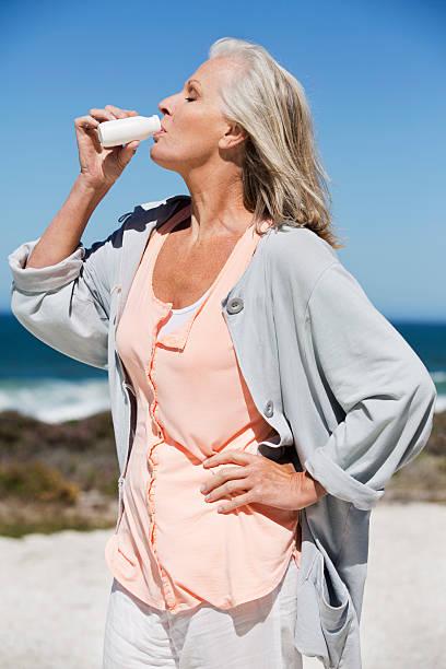 женщина пьет пробиотик