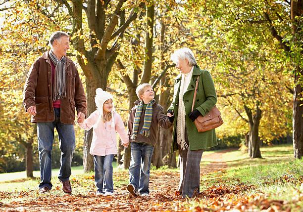 пожилые люди гуляют