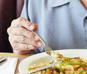 пожилой человек ест