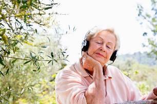 пожилая женщина слушает музыку