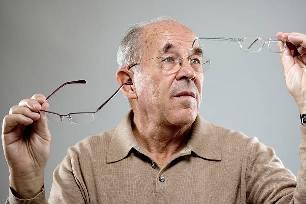 пожилой человек в очках
