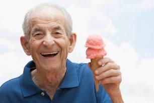 мкжчина ест мороженое