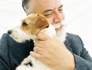 пожилой человек с собакой