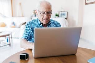 пожилой человек  у компьютера